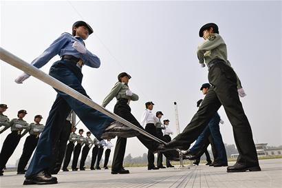 朝鲜女兵尴尬着装
