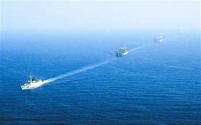 中国海军首批护航编队正在执行护航任务.本报记者钱晓虎摄