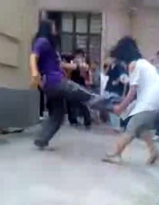 助跑飞腿踢女生 上海女生打架视频引热议_儋州