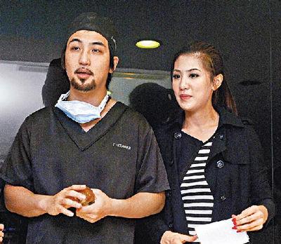李进良(左)昨在老婆小祯陪伴下,说明隆乳病患的疗程.