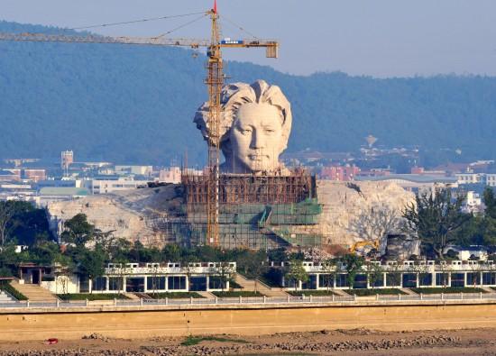 长沙橘子洲景区内正在加紧施工中的青年毛泽东雕塑雏形初现   当日,伫立在长沙橘子洲头的青年毛泽东大型雕塑雏形初现,吸引了大批当地市民驻足观看。据悉,作为长沙橘子洲景区最大景观工程的青年毛泽东艺术雕塑以1925年青年时期的毛泽东形象为基础,突出表现毛泽东胸怀大志、风华正茂的形象。雕塑采用钢筋混凝土框剪结构,外表材料为花岗岩石材,总高度32米。目前,整个雕塑在加紧建设中,预计年底完工并对游客开放。
