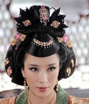 头饰点缀得华丽而恰到好处,深刻地勾勒出后宫妃嫔的逼人贵气高清图片