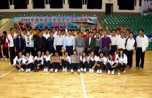 为文昌中学男女排球队双双获得2009年海南省中学生排球赛冠军杯合