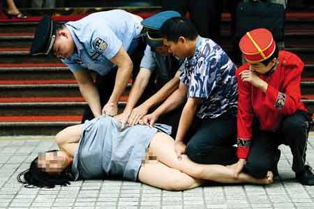 最彪悍裸奔女:闹市赤裸行走被警察强制带走