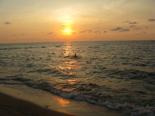 夕阳下新港村的海边