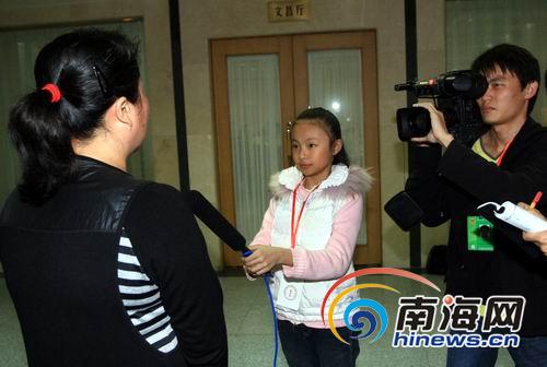 11岁的小记者手拿话筒采访人大代表