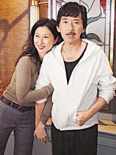 叶倩文与林子祥因合唱《重逢》而结缘,当年林子祥已有妻子吴正元及一图片