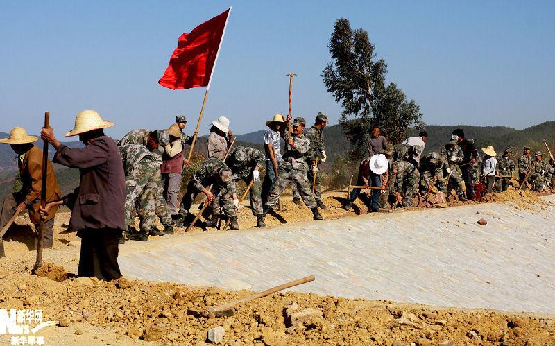 在玉溪市江川县九溪镇刘家庄,驻滇某集团军派出的抗旱救灾分队与图片