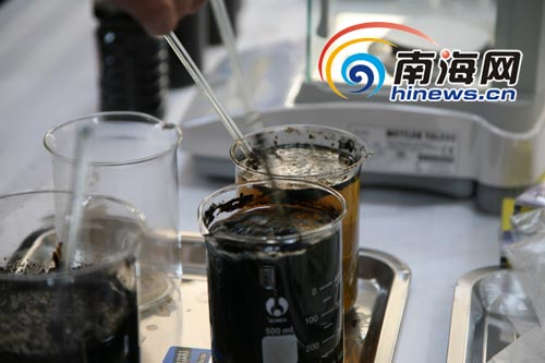 石油提炼_从溶解的黑色原油中,可以提炼出被堵塞物包裹的石油.