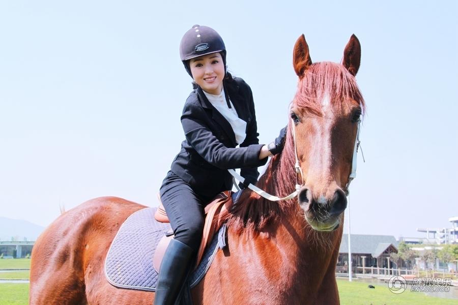 美女骑马图片