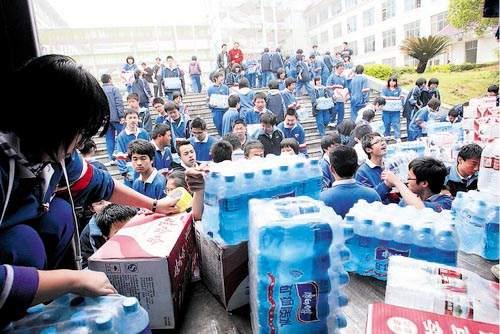 3万瓶爱心矿泉水运往贵州