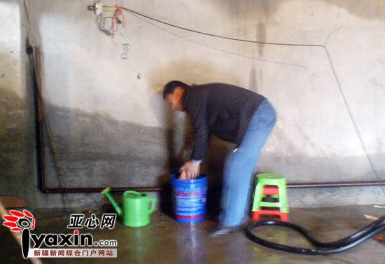 在清洗机的旁边记者看到一把洒水壶和一只装有液体的水桶,里面的液体