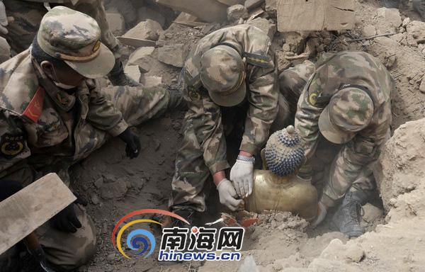 武警部队官兵挖掘废墟中掩埋的文物[图]