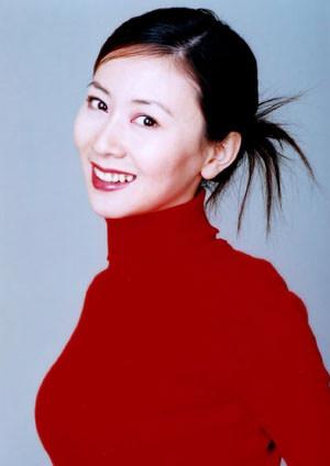 更是以绝对大胆出位的人体艺术摄影跃居中国十大美女风云榜榜首.