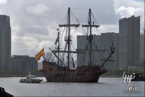 """大型仿古帆船""""安达卢西亚号""""驶入世博园区水域"""