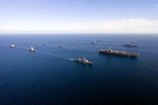 美韩联合演习   华盛顿号航母是来干什么的?   答案是:来搅局的。从6月14日上午驶离日本横须贺基地,到8月8日抵达越南岘港,华盛顿 号航母战斗群马不停蹄地奔袭于东海、黄海、日本海、南海。在东亚并不宽阔的海域上,华盛顿号短时间内由北至南横跨了近2000海里,这在美军第七舰队历史上极为罕见。   东北亚剑拔弩张,南海上波诡云谲,美军对中国海上利益的侵蚀正在加剧。称霸全球60多年的美国,是一个善于用计的国家,智库多于牛毛,美国比谁都清楚的一点是,中美相争,得利的一定是他人。那么,美国