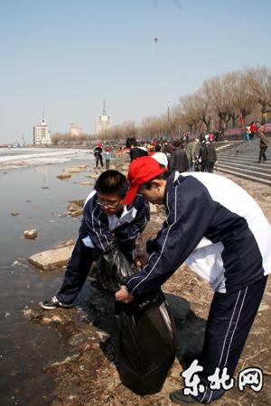 黑龙江万名志愿者周末走上街头清除白色垃圾美化城市环境