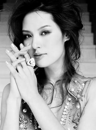 作为名模,设计师,马艳丽是个非学成功的女人,其实在成为模特之前图片