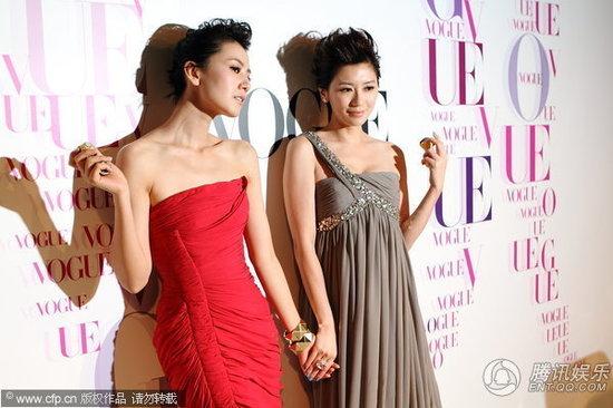 贾静雯也一同亮相,高圆圆一袭鲜亮的红裙抢眼,而贾静雯也是精致的妆容