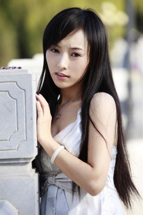 """""""毕业于北京电影学院表演系的性感美女韩一菲发出了这样的承诺."""