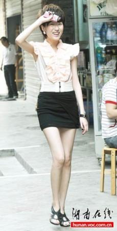 短裙美女气质清新 秀纤细长腿被拍很羞涩/图