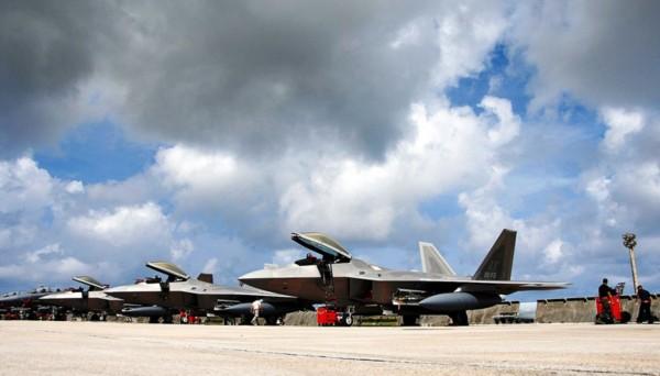 高清大图:美军关岛基地的战斗机群