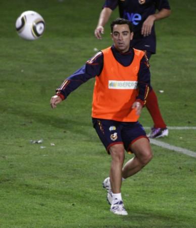 图文-西班牙队训练备战友谊赛 哈维紧盯来球