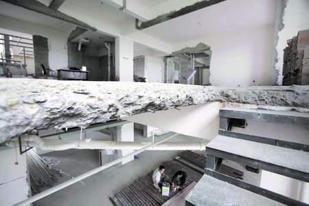"""淺灰色地磚裝修效果圖; 成都雷人裝修:打通樓板 6套房變""""大戶型躍層"""""""