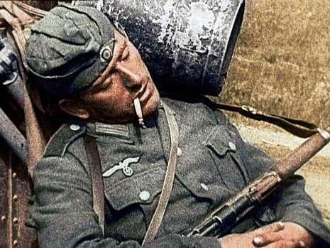 筋疲力尽:一个德国士兵在暂时停战的间隙时间里抢占时间休息.