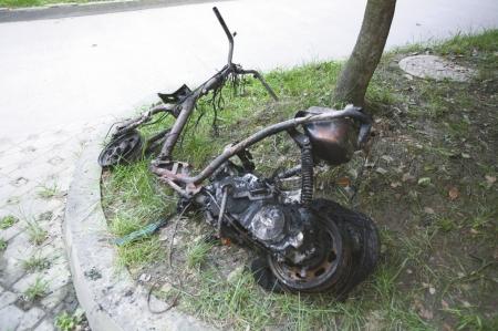 他吓得赶紧跑过去,发现一辆停放过道的摩托车燃起了火,浓烟翻滚着往楼