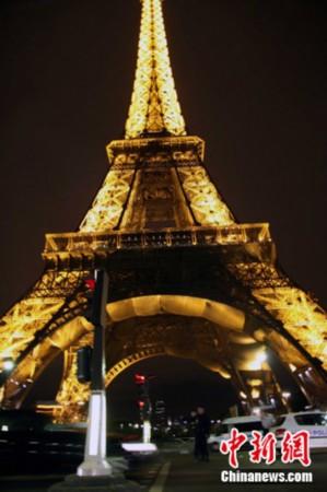 """法国巴黎埃菲尔铁塔遭遇""""诈弹""""惊魂(图)"""