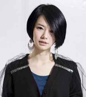 戚薇为配合新剧《美女如云》也忍痛剪掉了自己留了7