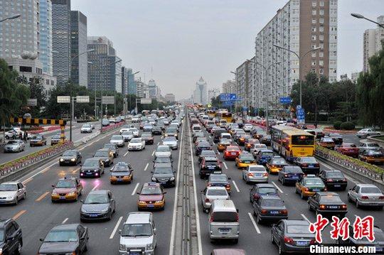 北京堵车高峰_组图:北京19日晚高峰部分路段发生拥堵