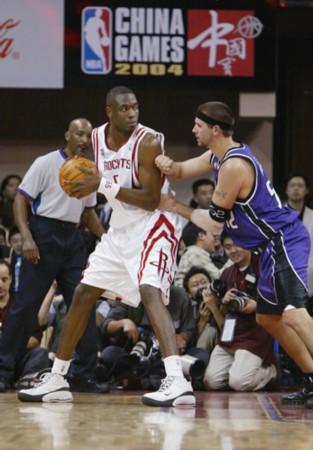 NBA中国赛2004精彩瞬间 穆托姆博持球策应