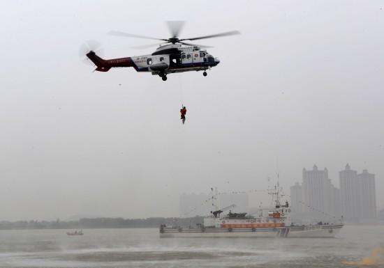 图文-亚运水上安保演习 直升飞机救起遇险人员