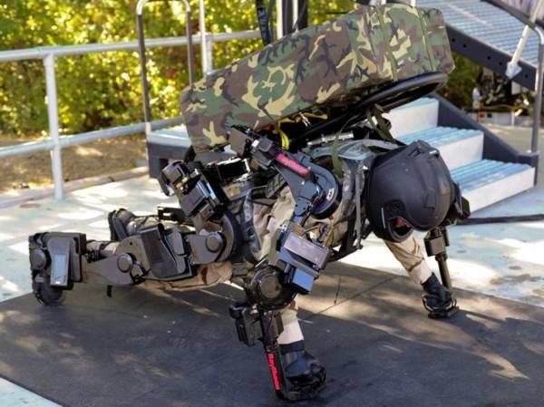 xos2军用外骨骼测试者背上军用100升大容量背包进行