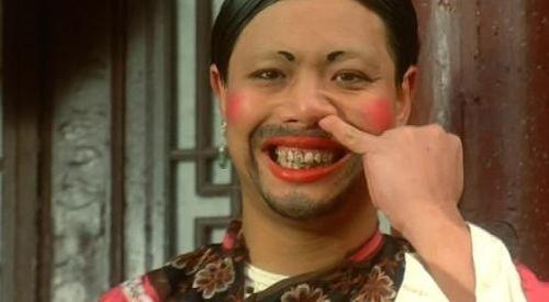 李健仁便经常以丑女形象