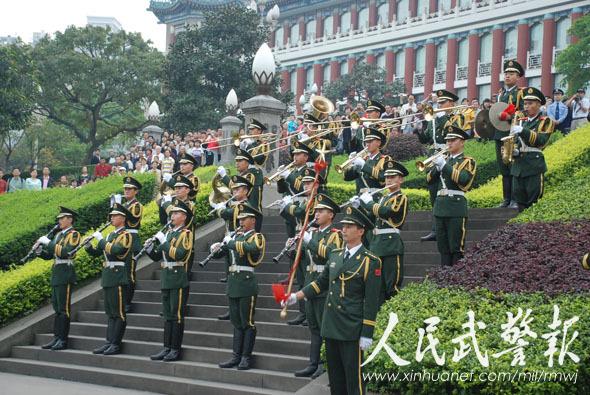 武警军乐队在现场演奏国歌. 图片来源:人民武警报