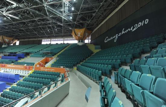 广州天河体育馆位于天河体育中心西南角,建筑面积17159平方米,属综合性多功能场馆。为了承办亚运会赛事,天河体育馆进行了改造。天河体育馆将在广州亚运会期间承担羽毛球比赛和部分篮球比赛。图为10月10日拍摄的天河体育馆的观众席。   新华社记者卢汉欣摄