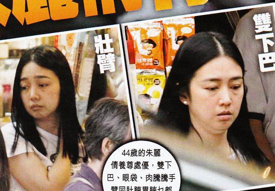 朱丽倩   华嫂朱丽倩国庆前被传出怀有三个月身孕,凸肚去妇产科验胎。尽管老公刘德华早在10月4日已经澄清没有周刊写的那件事(指朱丽倩怀孕)。但由于有瞒婚事件在前,所以仍有许多人对此有质疑。   昨日,最新一期的《壹周刊》曝光了朱丽倩10月9日现身香港街市入货,身穿T恤牛仔裤素颜的华嫂大步急行,脸圆现双下巴、全身圆滚滚,够晒福相但却被指只见眼肚不觉有肚!