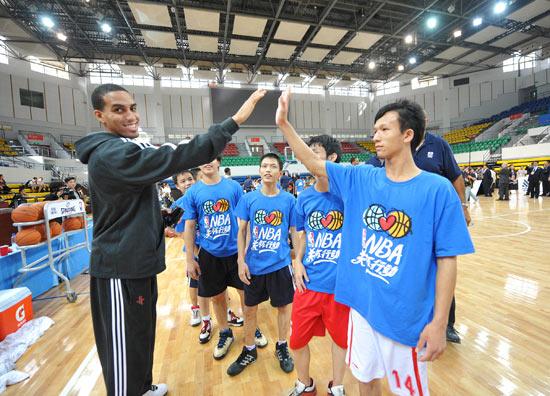 他们邀请了广州市聋人学校和中山市残疾人学校的同学们,姚明和队友们图片