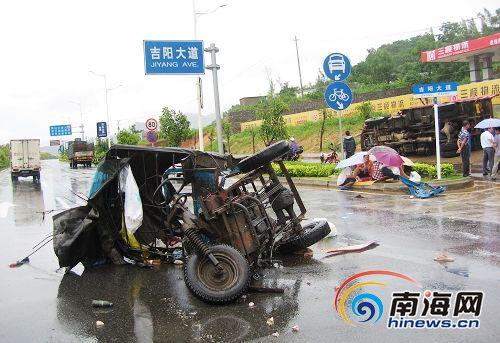 三轮车被撞瞬间遭神秘转移_受损最严重的农用三轮车被撞散了架(南海网记者冯丹摄)