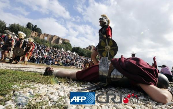 演员装扮成古代战士重现古罗马战争史诗