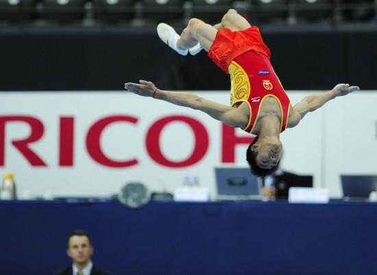 体操世锦赛中国男团预赛 滕海滨腾空瞬间