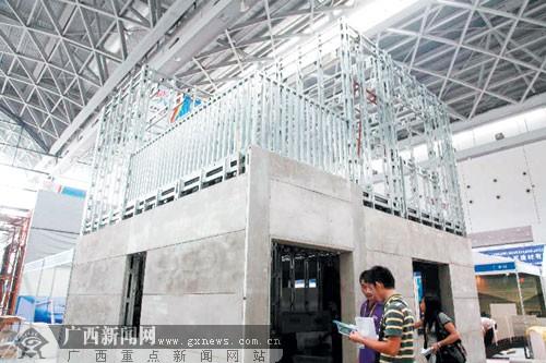 据工作人员介绍,轻钢结构适合6层以下的轻钢厂房,商用建筑使用,配件