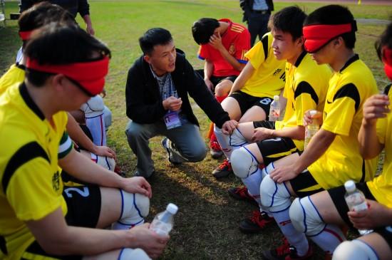 图文-令人尊重的盲人足球 教练给队员布置战术