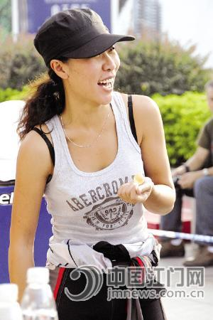 在昨天的2010年全国公路摩托车锦标赛中,一名女赛车手颇受关注.