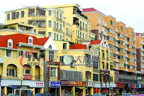 """工厂宿舍楼变身红色屋顶的欧式""""小洋房"""",多层的楼房外墙全部重新贴上"""
