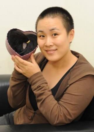 撸干妈射一脸_为患癌干妈打气 新加坡华裔女剃光头制假发(图)