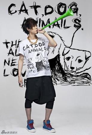 高清:付辛博设计爱心t恤 呼吁多关爱流浪小动物